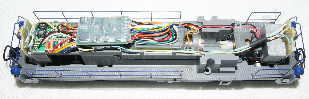 Zdjęcie przedstawia zamontowany dekoder Lenz Standard+ w lokomotywie Piko 59465